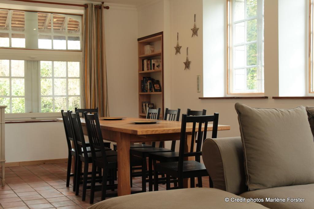Salon - Espace salle à manger - vue vers la cours du Moulin - www.moulindescombes.com