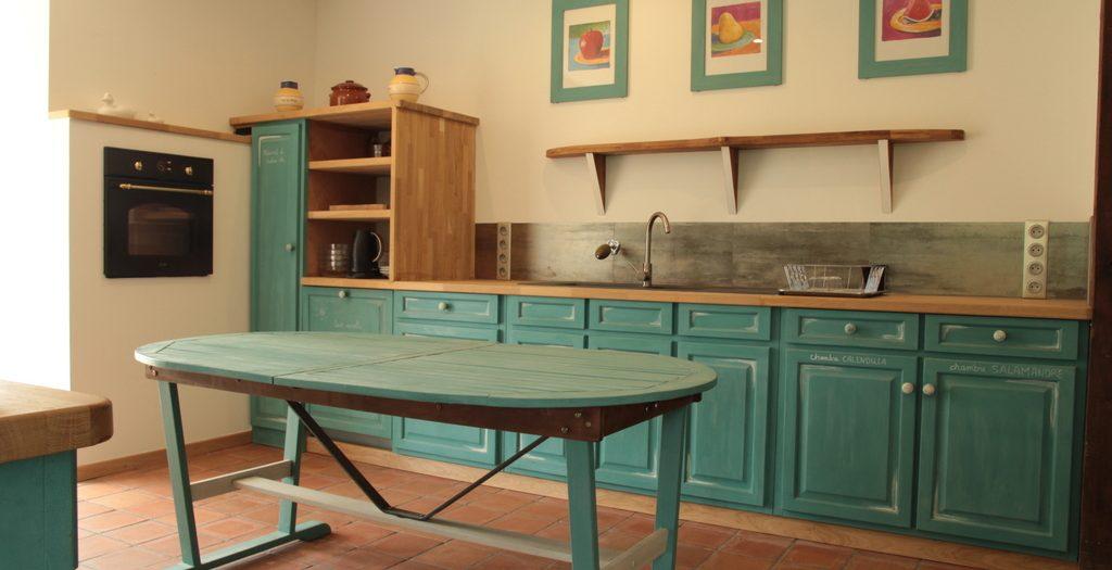Cuisine-vue depuis le salon - Gîte Moulin - www.moulindescombes.com