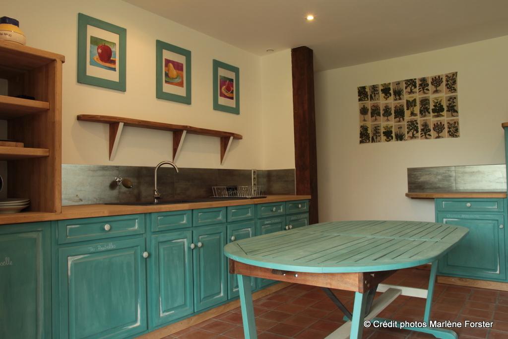 Cuisine-vue depuis Véranda - Gîte Moulin - www.moulindescombes.com