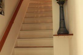 """Escalier depuis la cuisine vers 4 chambres + petit salon """"Oriental""""  - Gîte Moulin - www.moulindescombes.com"""